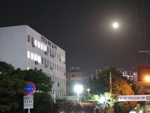 길 위에서 보름달을 보며