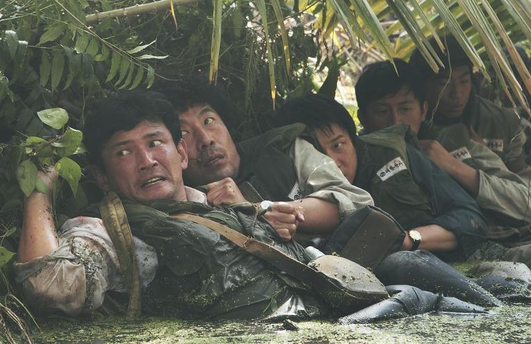 베트콩의 공세에 의한 습지 수로 피난처 - Peoples crouch in a muddy canal as attacked by the Viet Cong