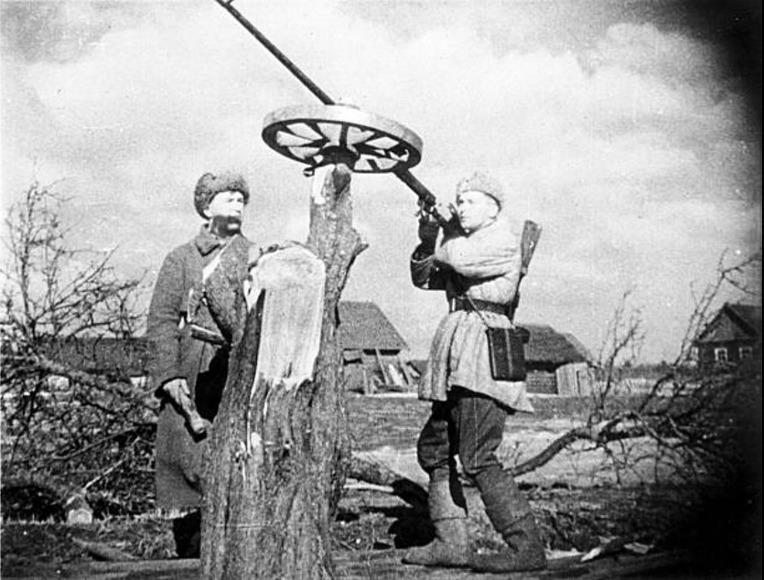 소련 빨치산의 PTRD-41 대전차총 대공 사격 - Soviet Partisan PTRD-41 Anti Tank Rifle Anti Air Craft firing